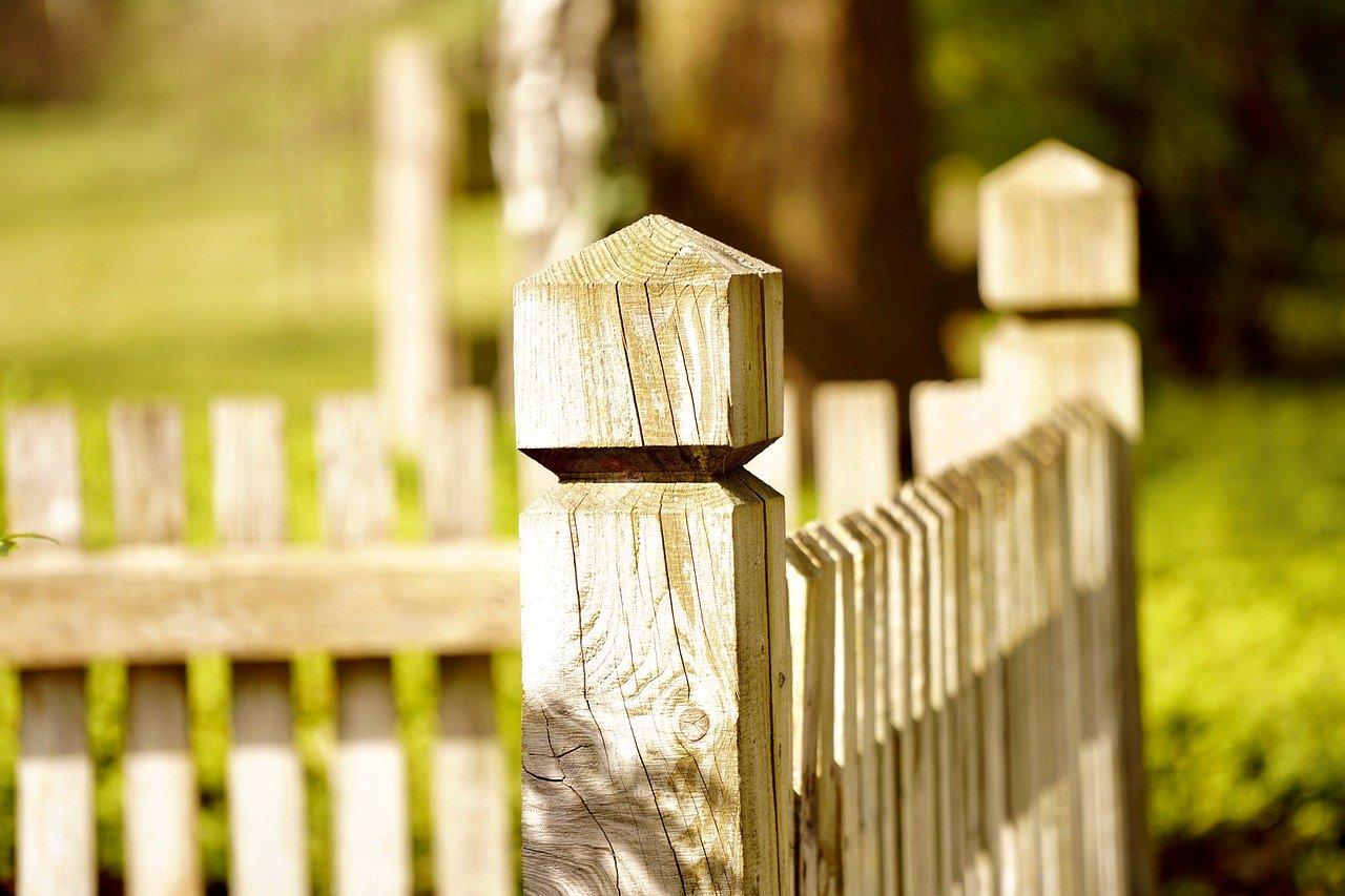 La clôture en bois demeure chic et moderne.